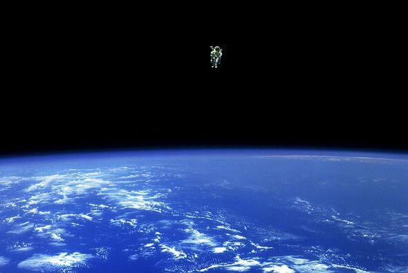 Bruce McCandless II, especialista de mision, escapa de los límite...