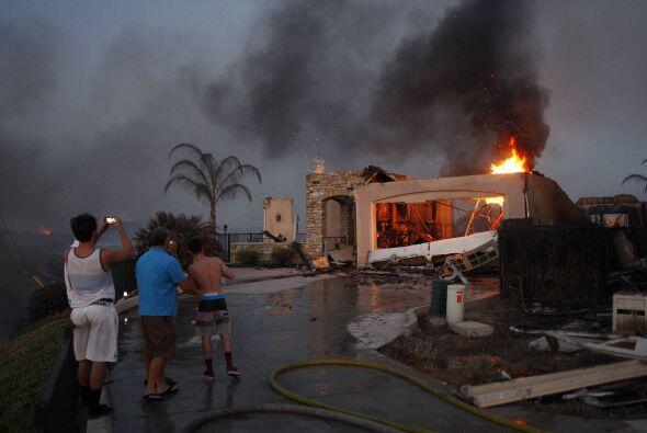 Al menos 20 casas han sido destruidas por las llamas de hoy y continúa e...