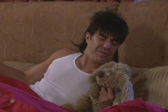 Por lo que se levantó por su perrito de peluche Clodomiro para abrazarlo...