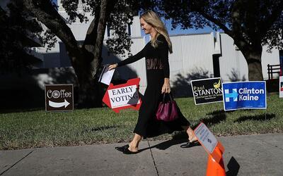 Una señal de voto temprano guía a los ciudadanos hacia un...
