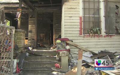 Voraz incendio deja sin hogar a mujer de la tercera edad