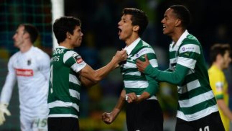 Fredy Montero marcó dos goles en la victoria del líder Sporting.