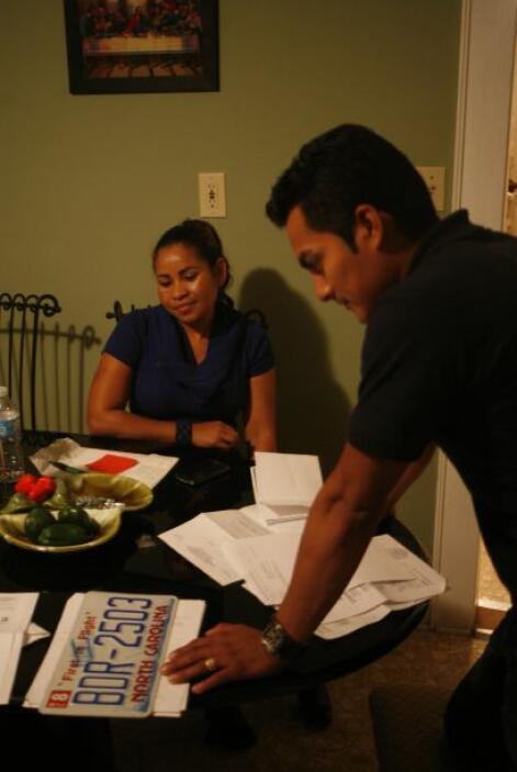 Andres y su esposa miran con frustración la placa del carro que les canc...