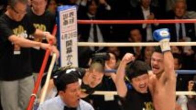 Kohei Kono celebra ante un golpeadoDenkaosen Kaovichit.
