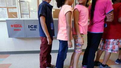 Niños migrantes indocumentados en un centro de detención d...