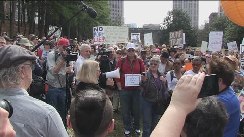Cientos de personas se manifiestan en contra de Donald Trump en el Día d...