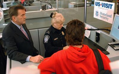 ¿Qué hacer si un oficial de inmigración le pide que firme el formulario...