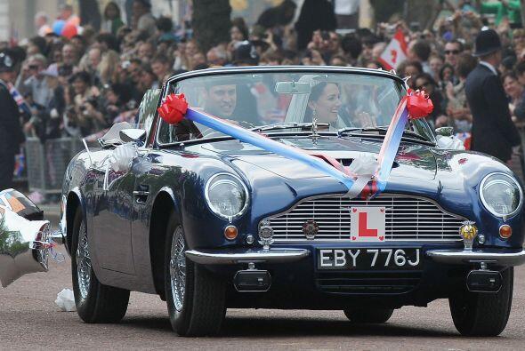 El auto estaba adornado con globos con la 'W' de William y 'C' de Cather...