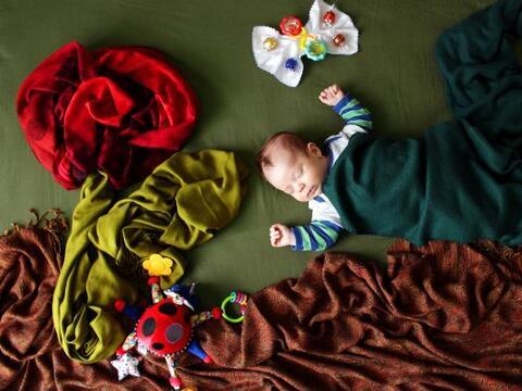 Este bebé descansa en los escenarios más bonitos y creativ...