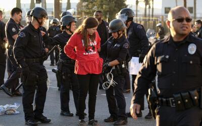Policías de LAPD detienen a una mujer que formaba parte de las pr...