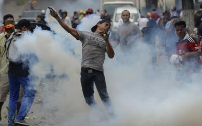Un manifestante en las protestas contra el gobierno de Nicolás Maduro es...