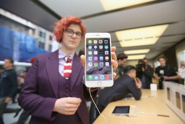 Un cliente australiano nos muestra el nuevo iPhone 6 exhibido en la tien...