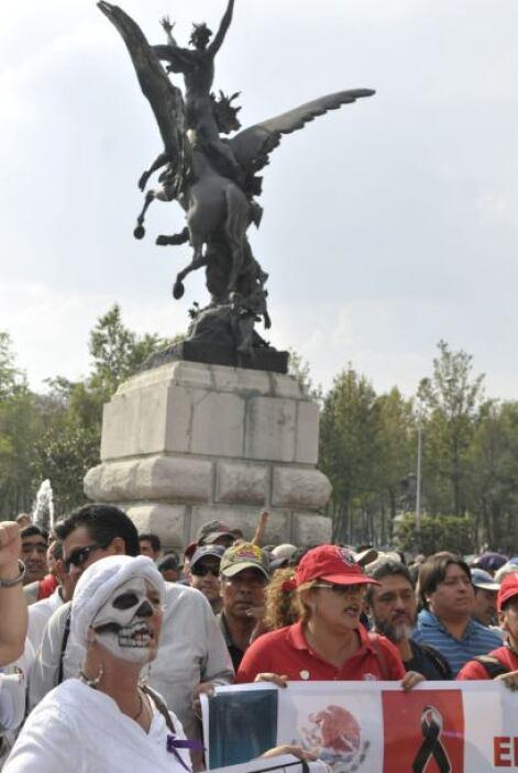 Mientras que en la Ciudad de México unos cinco mil manifestantes los que...