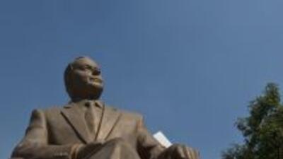 Un grupo de intelectuales pidió el retiro de la estatua del ex president...