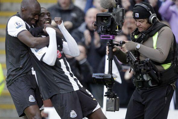 El delantero del Newcastle sacó un disparo potente para poner el...