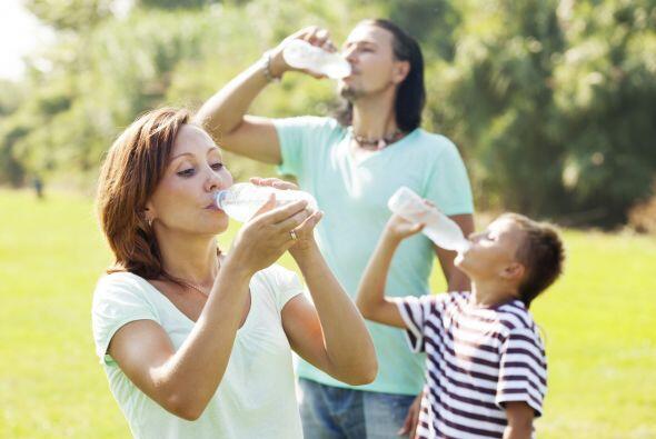 Los niños necesitan más agua que los adultos porque gastan...