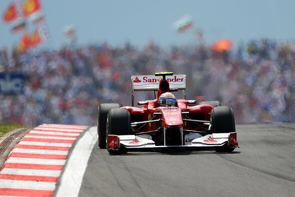 El español Fernando Alonso se limitó a mantener su posición de arranque,...