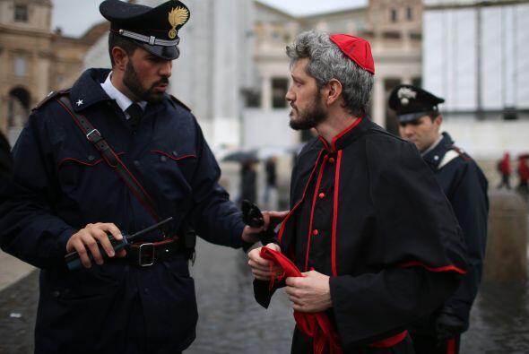 Después, seis cardenales, en nombre de los 207 que conforman el Colegio...