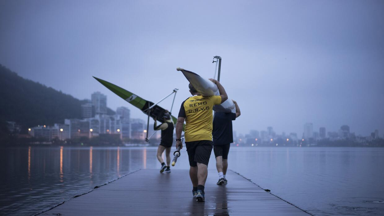 Tres hombres se dirigen a la Laguna Rodrigo de Freitas, en Río de Janeir...