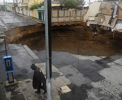 Como pozos sin fondo. La red de drenajes de Guatemala es vieja y no tien...