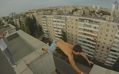 Muchacho atrevido desafía la gravedad con un salto riesgoso