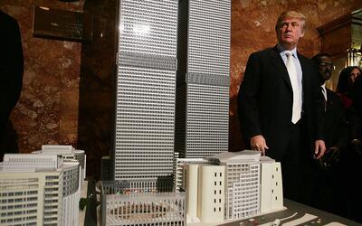 Donald Trump junto a una maqueta de la que fue su propuesta para reconst...
