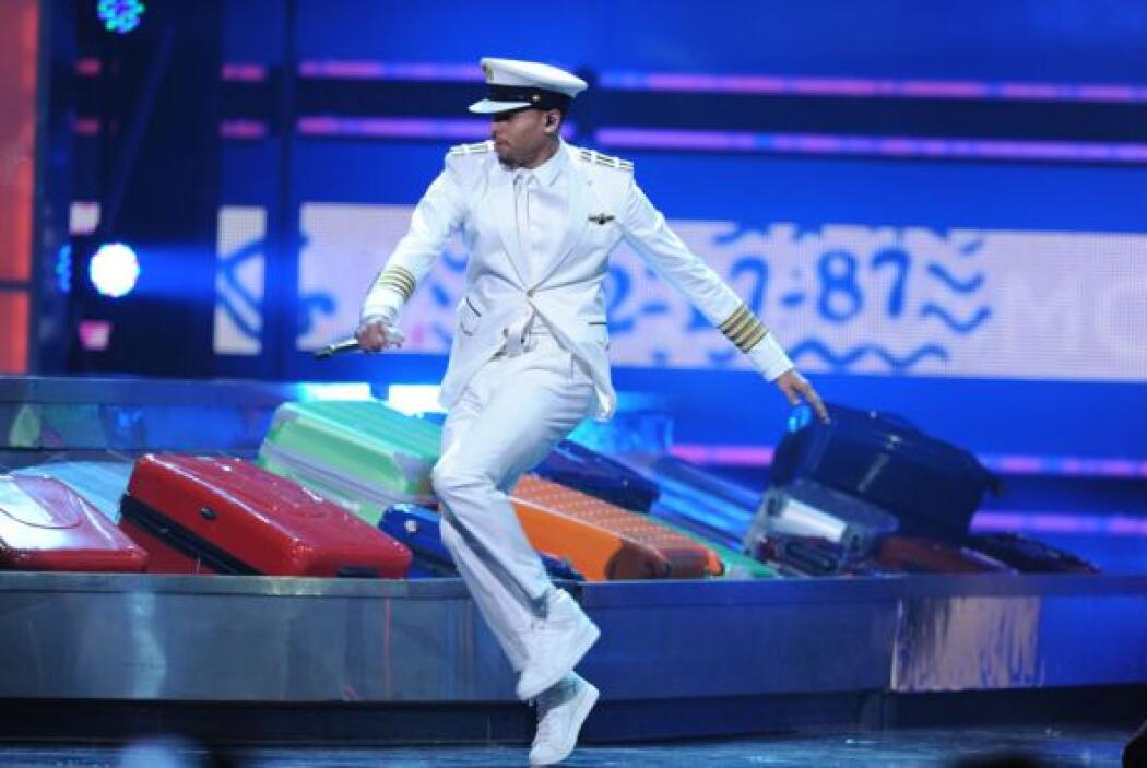 Chris Brown dio muestra de lo buen bailarín que es al cantar 'Internatio...