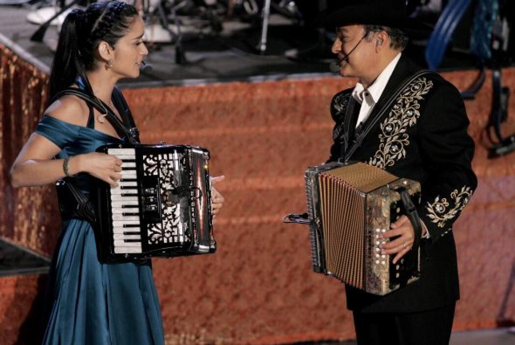 Julieta Venegas sacó su acordeón al lado de Los Tigres del Norte. ¡Inolv...