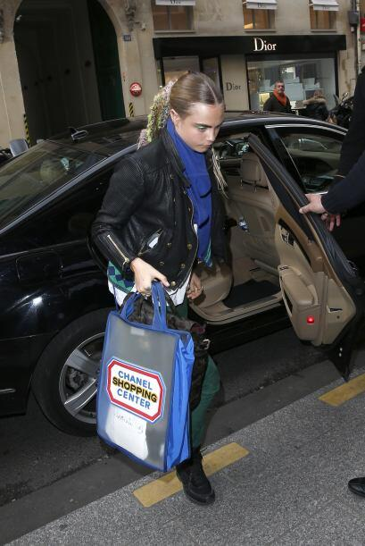 Cara salió del auto y, muy seria, se dirigió hacia la entrada del hotel....