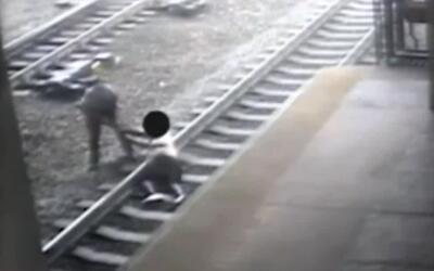 Oficial de policía salva a un hombre segundos antes de ser arrollado por...