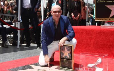 Pitbull recibiendo su estrella en Hollywood.
