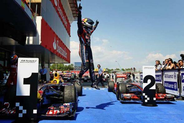 La celebración de Vettel comenzó en cuando se bajó...