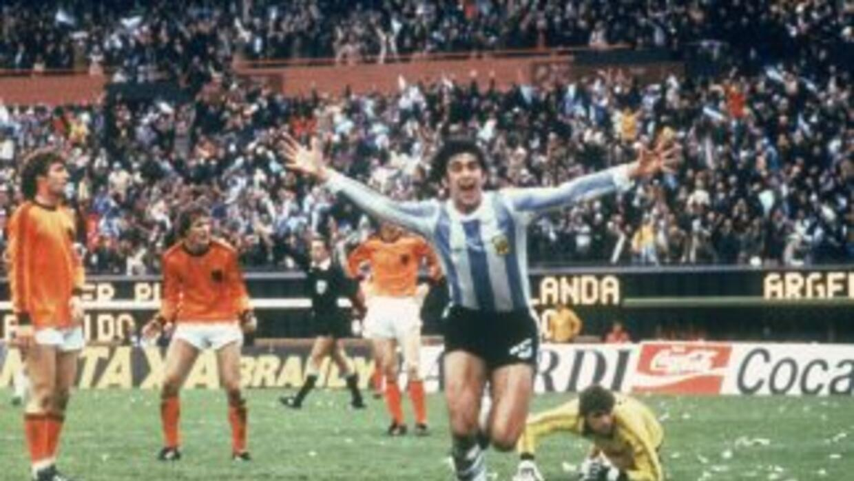 Mario Kempes anota en la final del Campeonato Mundial de Argentina 1978...
