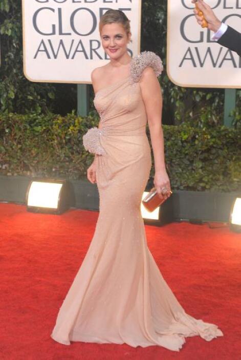 """Barrymore inmortalizó la línea de alta costura """"Atelier Versace"""" al usar..."""