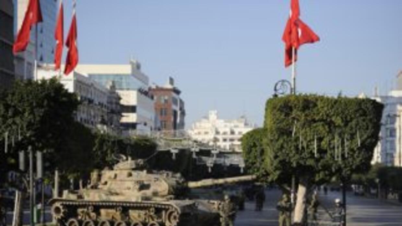 Carros de combate en las calles de Túnez.