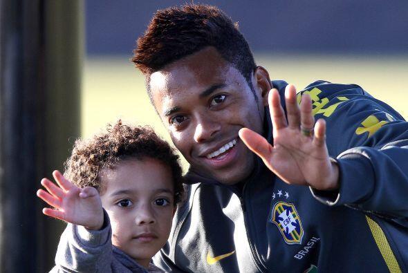 Ese niño es el hijo de Robinho y juntos saludan a la lente de Univision.