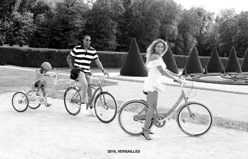 La familia completa andando en bicicleta en Versalles en 2016.