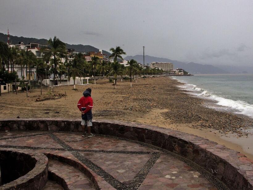 Puerto Vallarta recibe al potente huracán Patricia GettyImages-493966562...