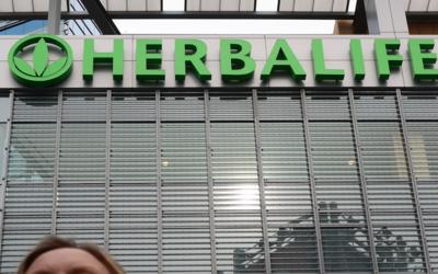 Fachada den un edificio sede de Herbalife Ltd., en Los Ángeles, C...