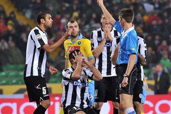 Maurizio Domizzi del Udinese le reza al árbitro para que no lo am...