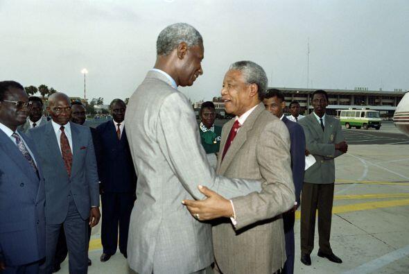 El presidente senegalés Abdou Diouf, presidente de la Organización de la...