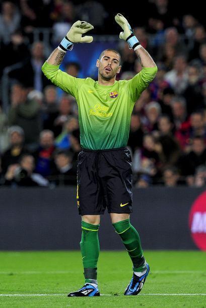 Víctor Valdés, quien alcanzó a tocar la pelota en e...