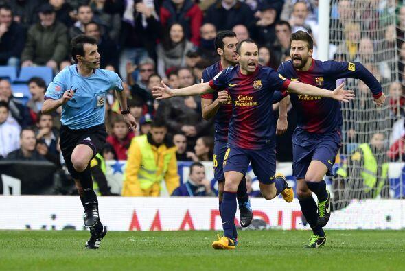 El árbitro no pitó y todo el Barcelona se lanzó tras él para protestar.
