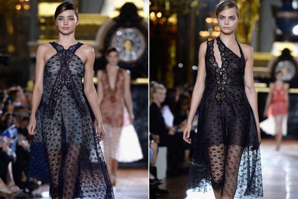 Cara Delavigne y Miranda Kerr modelaron la nueva colección que presentó...