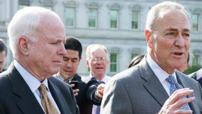Los senadores John McCain (republicano de Arizona) y Charles Schumer (de...