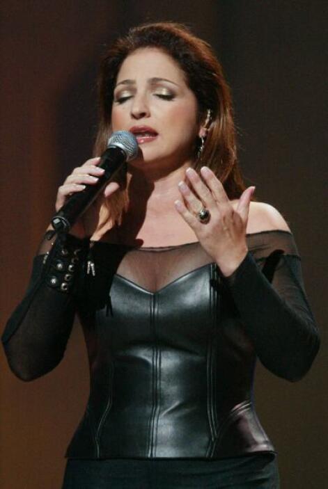Gloria Estefan quien en años anteriores había sido distinguida con su no...