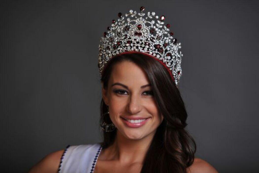 Porta su corona orgullosa de sus raíces latinas como toda una colombonic...