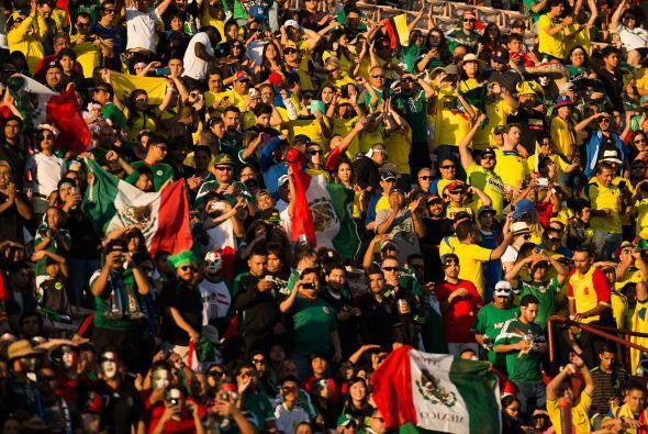 Sin embargo aunque pocos, los ecuatorianos hacían ruido para apoyar a su...