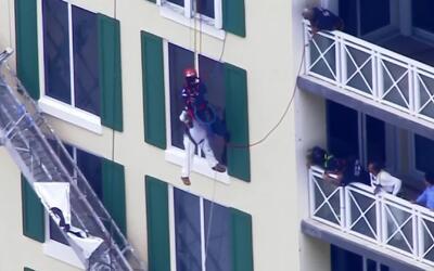 Imágenes de impacto: los momentos de pánico que vivió un obrero al queda...