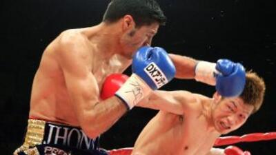 Johnny Gonzalez conecta sobre Hasegawa en su triunfo por el título mundial.